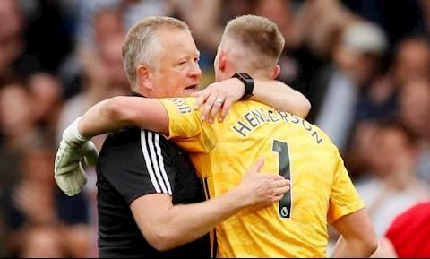 Henderson giữ sạch lưới cho đội nhà, giúp đội nhà chiến thắng và nhận cái ôm từ người quản lý của mình trong niềm vui vỡ oà